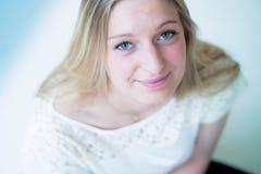 Lächelnde junge attraktive Frau Lizenzfreies Stockbild