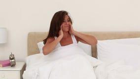 Lächelnde junge aufwachende Frau stock footage