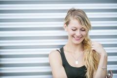 Lächelnde junge blonde Frau Stockfotografie