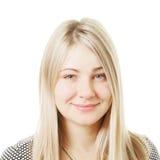 Lächelnde blonde Frau gegen Weiß lizenzfreie stockfotos