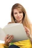 Lächelnde junge blonde Frau mit Buch Stockbild
