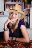 Lächelnde junge blonde Frau mit Cowboyhut Lizenzfreies Stockfoto