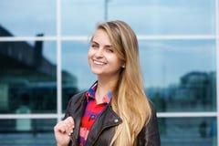 Lächelnde junge blonde Frau mit dem langen Haar Stockfotografie