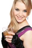 Lächelnde junge Blondine mit einem Glas lizenzfreie stockfotos