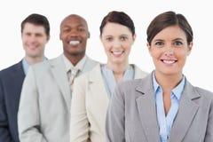 Lächelnde junge businessteam Stellung Lizenzfreie Stockfotos