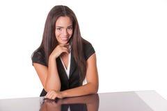 Lächelnde junge Dame am Schreibtisch Stockfotografie