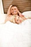 Lächelnde junge entspannende Paare Stockfoto