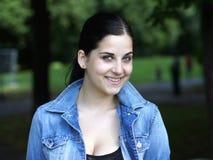 Lächelnde junge Frau Stockfotografie