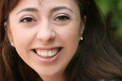 Lächelnde junge Frau stockbild