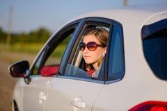 Lächelnde junge Frau auf einer Autoreise lizenzfreies stockbild