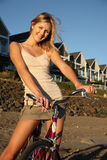 Lächelnde junge Frau auf Fahrrad Stockbild