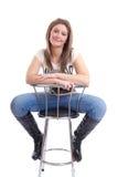 Lächelnde junge Frau auf Stabschemel Lizenzfreie Stockfotografie