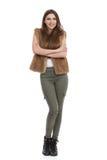 Lächelnde junge Frau in der Brown-Pelz-Weste und in den kakifarbigen Hosen Lizenzfreie Stockfotografie