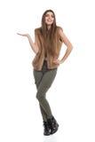 Lächelnde junge Frau in der Brown-Pelz-Weste und im kakifarbigen Hosen-Darstellen Lizenzfreies Stockbild