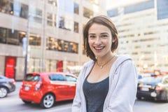 Lächelnde junge Frau in der Stadt stockfotos