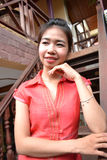 Lächelnde junge Frau in der traditionellen Kleidung Stockfoto