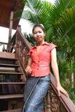 Lächelnde junge Frau in der traditionellen Kleidung Stockbild