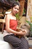Lächelnde junge Frau in der traditionellen Kleidung Stockfotografie