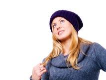 Lächelnde junge Frau in der Winterkleidung Lizenzfreie Stockfotos
