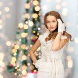 Lächelnde junge Frau in der Winterkleidung lizenzfreie stockfotografie