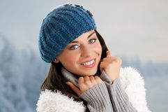 Lächelnde junge Frau des Winters Lizenzfreies Stockbild