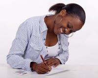 Lächelnde junge Frau, die admin tut Stockfotos