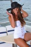 Lächelnde junge Frau, die auf der Luxusyacht aufwirft Lizenzfreie Stockbilder