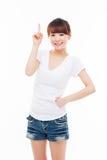 Lächelnde junge Frau, die aufwärts zeigt Lizenzfreie Stockbilder