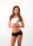 Lächelnde junge Frau, die Filterwasserflasche hält stockfotos