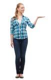 Lächelnde junge Frau, die an Hand etwas hält Lizenzfreies Stockbild