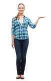 Lächelnde junge Frau, die an Hand etwas hält Lizenzfreie Stockbilder