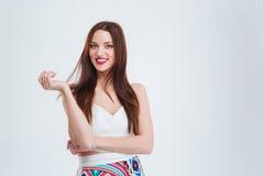 Lächelnde junge Frau, die Kamera betrachtet Stockfoto