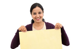 Lächelnde junge Frau, die leeres hölzernes Blatt hält Stockbild