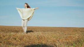Lächelnde junge Frau, die Natur auf schiefem Feld genießt stock video