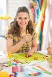 Lächelnde junge Frau, die Ostern-Dekoration macht stockbilder