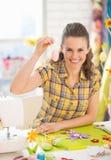 Lächelnde junge Frau, die Ostern dekoratives Ei zeigt Stockbild