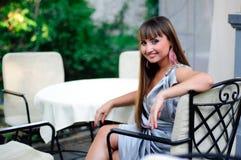 Lächelnde junge Frau, die Rest an der Gaststätte hat Lizenzfreie Stockfotografie