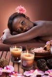 Lächelnde junge Frau, die am Schönheitsbadekurort sich entspannt Lizenzfreie Stockfotos