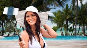 Lächelnde junge Frau, die selfie mit Smartphone nimmt Lizenzfreie Stockfotos