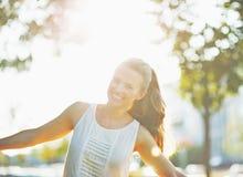 Lächelnde junge Frau, die Spaß im Stadtpark hat stockfotografie