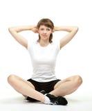 Lächelnde junge Frau, die Sportübungen tut Stockbilder
