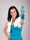 Lächelnde junge Frau, die Wasser fördert Stockbilder