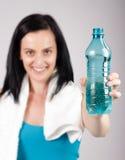 Lächelnde junge Frau, die Wasser fördert Lizenzfreie Stockbilder