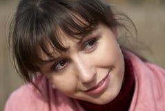 Lächelnde junge Frau, die weg schaut lizenzfreie stockfotos