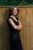 Lächelnde junge Frau draußen 3/4 Ansicht Lizenzfreies Stockfoto