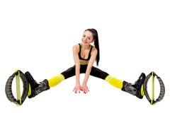 Lächelnde junge Frau in einem kangoo springt die Schuhe, die auseinander Beine sitzen stockbilder