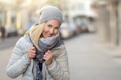 Lächelnde junge Frau in einer stilvollen Winterausstattung lizenzfreies stockbild