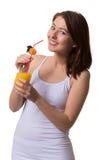 Lächelnde junge Frau hält in den Händen ein Glas Orangensaft stockbilder