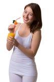 Lächelnde junge Frau hält in den Händen ein Glas Orangensaft stockfotos