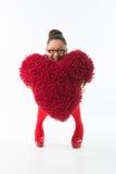 Lächelnde junge Frau hält ein rotes Inneres an Lizenzfreie Stockfotos